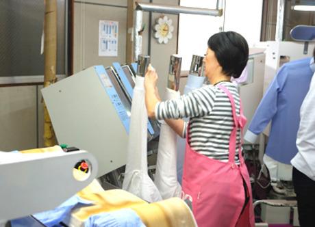 【30代~40代活躍中】プロの技術でお客様を笑顔に!生活を支えるクリーニング工場で働きませんか?